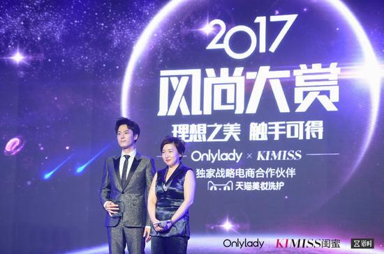左:2017年度风尚人气男演员茅子俊;右:OnlyLady副总裁叶以婷