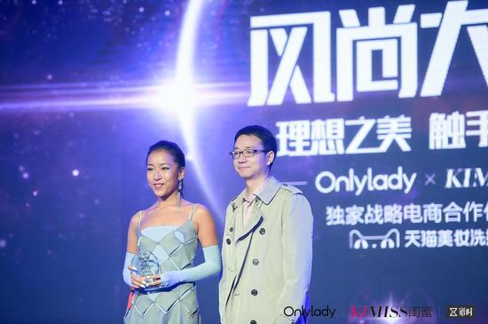 左:2017年度风尚实力女歌手吉克隽逸;右:微博运营副总经理陈福云