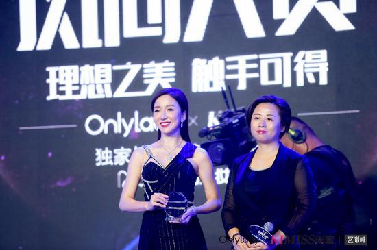 左:2017年度风尚跨界女演员娄艺潇;右:新榜副总裁沈涓