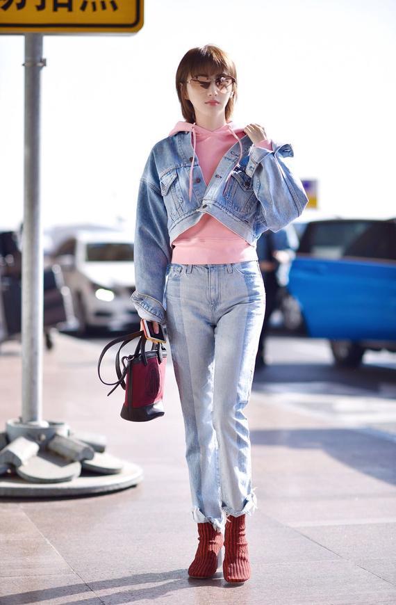 景甜粉色卫衣配牛仔帅气又少女