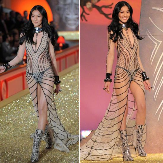 2010年继续为维密走秀的刘雯有2套造型