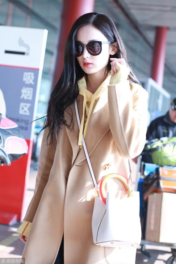 娜扎驼色大衣优雅气质美呆