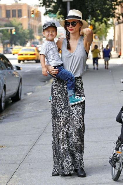 米兰达可儿带儿子Flynn出街