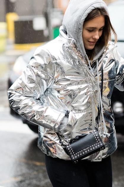 华丽丽的金属色羽绒服街拍