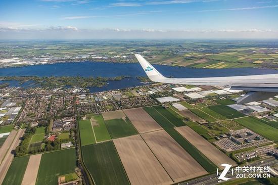 飞机上拍照有个问题,就是你总会拍到机翼,因为机翼实在是过于庞大.
