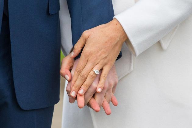 两人的订婚戒指