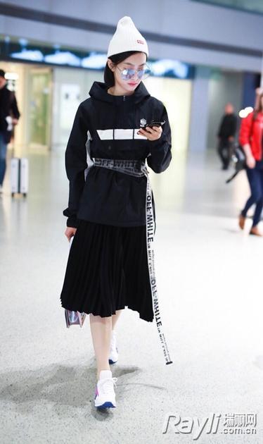 宋茜穿黑色中裙