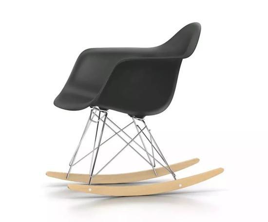 △DSW/DSR椅子(埃姆斯塑料椅)-常见于酒吧、家庭工业风环境配套。由美国设计师埃姆斯·查尔斯与他的另一半Charles于1950年左右设计。