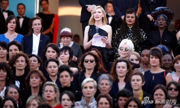 凯特-布兰切特在台阶顶端发表演说