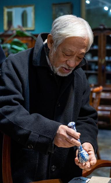 栗宪庭老师体验白浒窑复烧明青花瓷笔