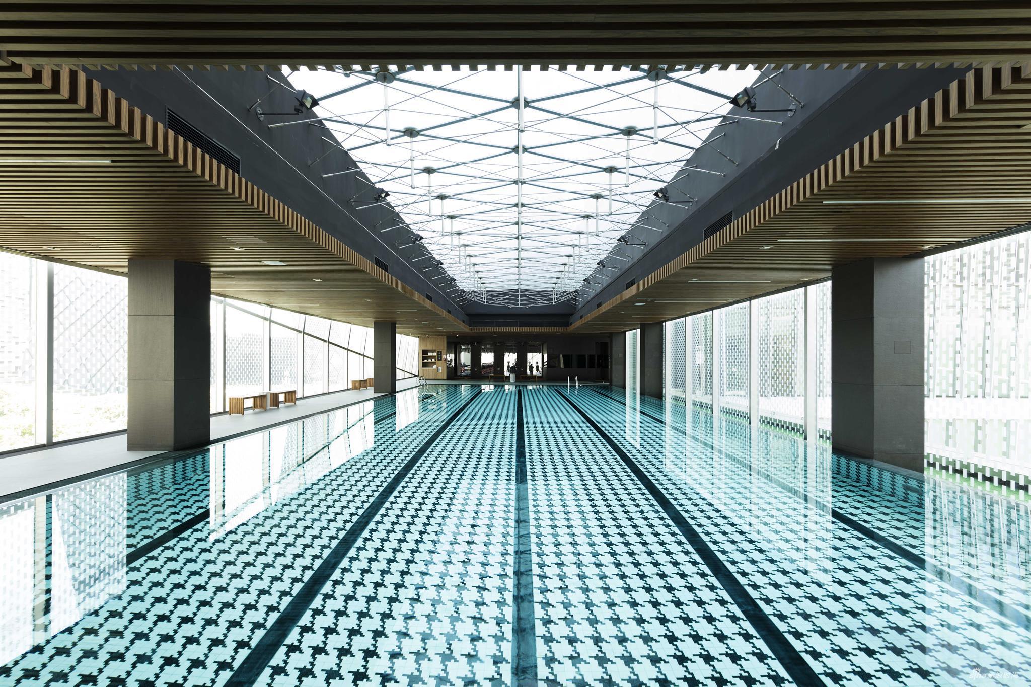 自然光线下的泳池