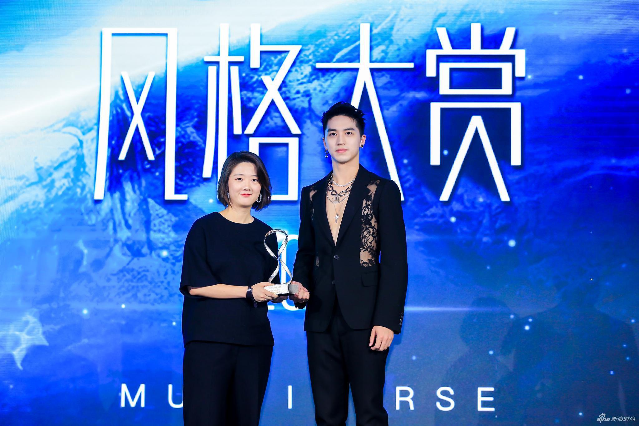 青年演员、歌手许魏洲为领奖嘉宾天梭表中国区市场总监张冰妮女士颁奖
