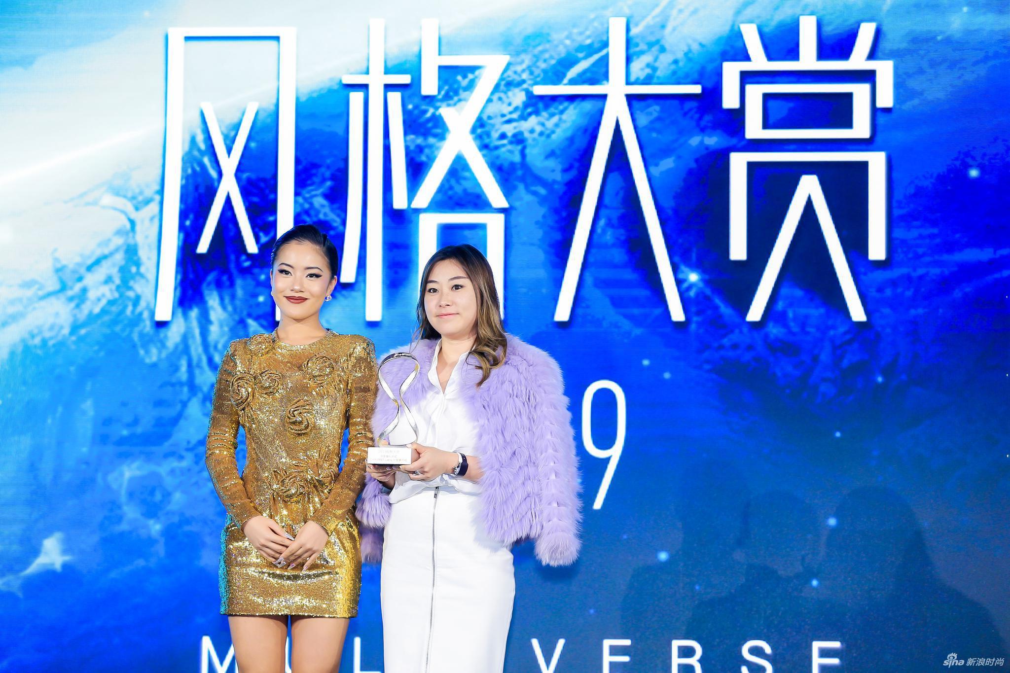 青年演员、歌手王菊为领奖嘉宾尚美巴黎中国区公关及市场传讯总监朱润女士颁奖