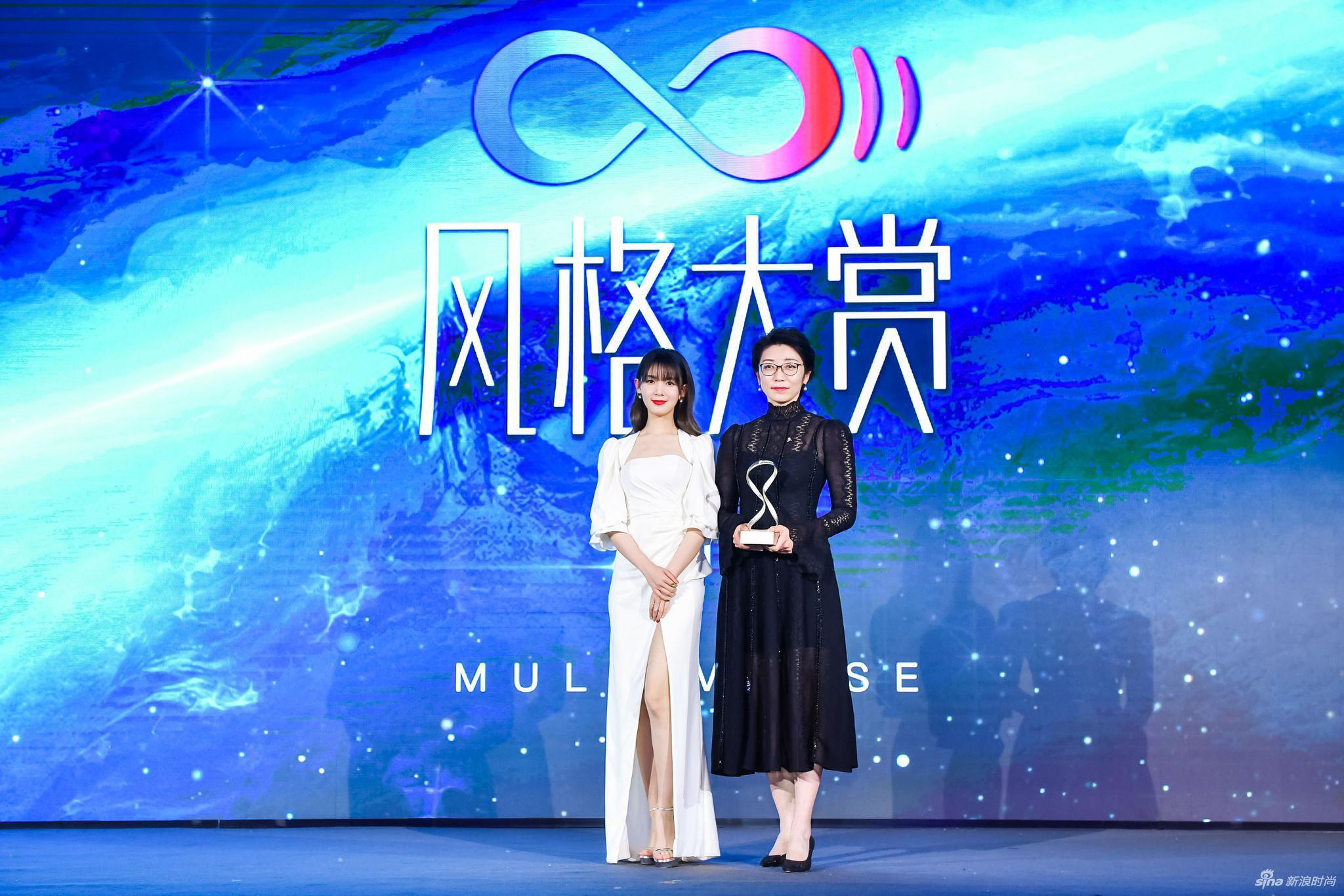 青年演员陈瑶为领奖嘉宾北京瑞吉酒店副总经理陈辉女士颁奖