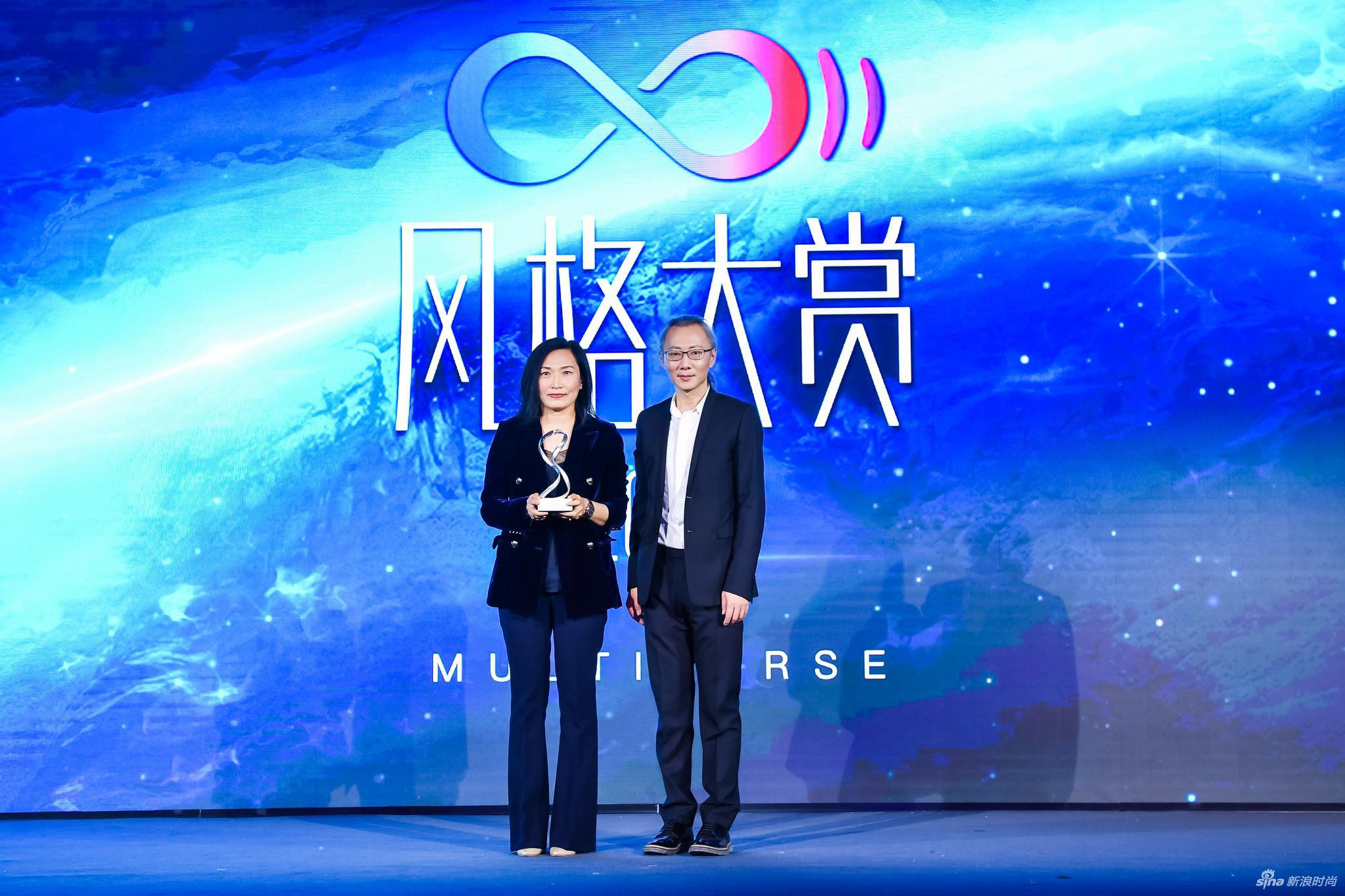 新浪网商业中心总经理王屹先生为领奖嘉宾欧米茄中国区市场总监杨晓聪女士颁奖
