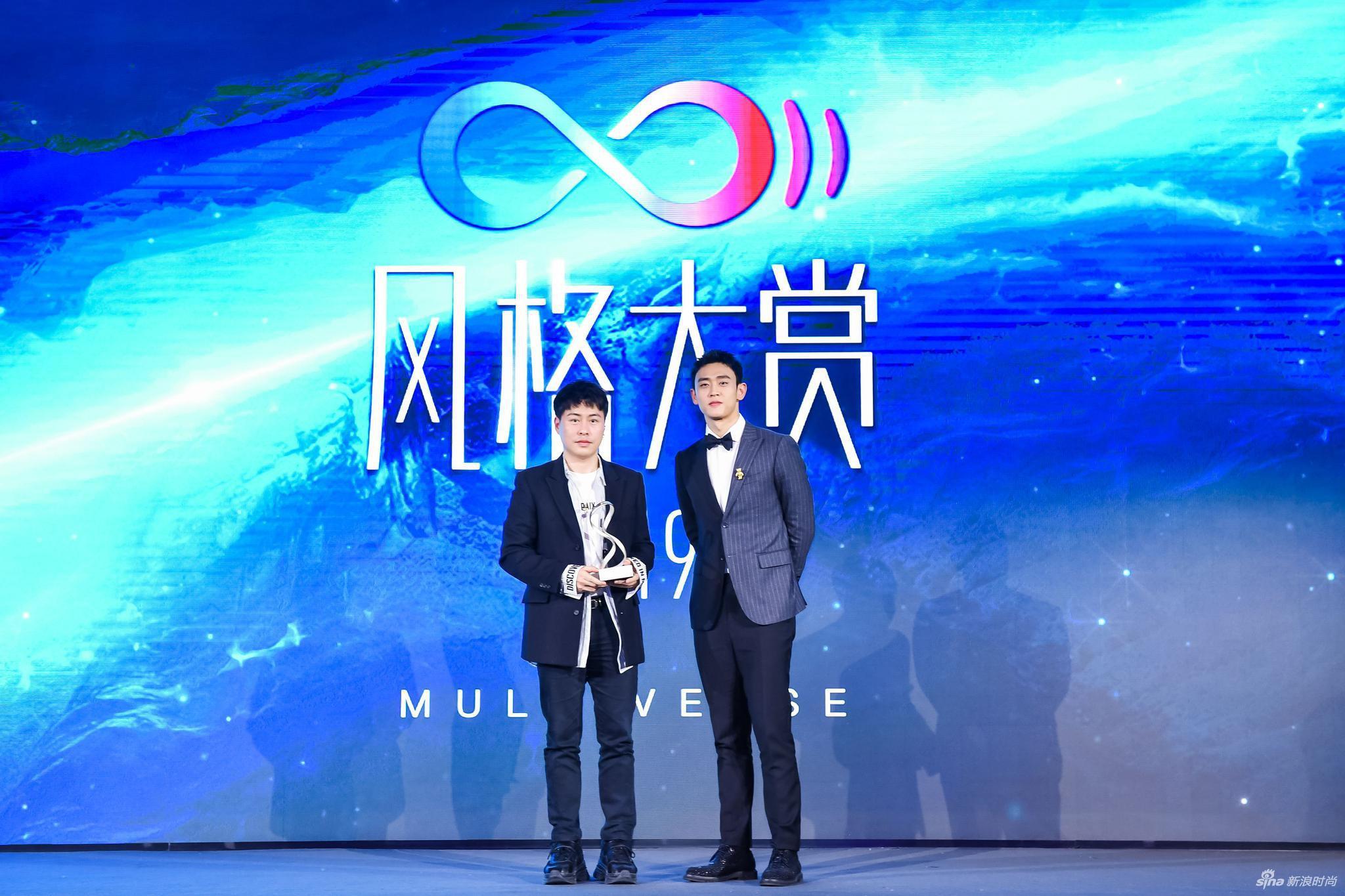 青年演员王天辰为领奖嘉宾设计师卜柯文先生颁奖