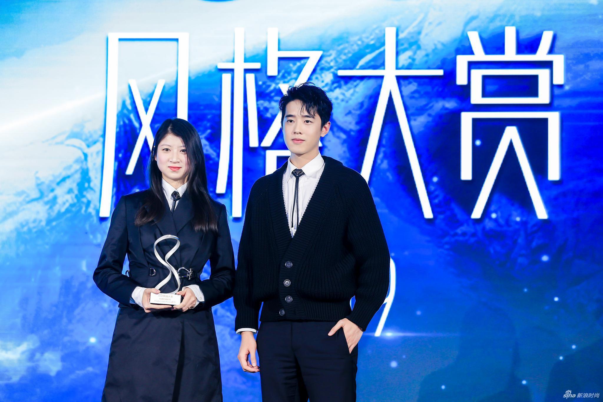 青年演员梁靖康为领奖嘉宾Prada助理公关经理李梦楠女士颁奖