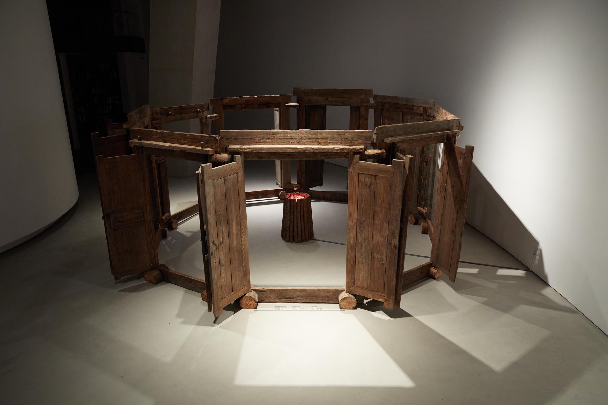 李向明,《抱团取暖》,装置,550×255cm,2020,木、火盆