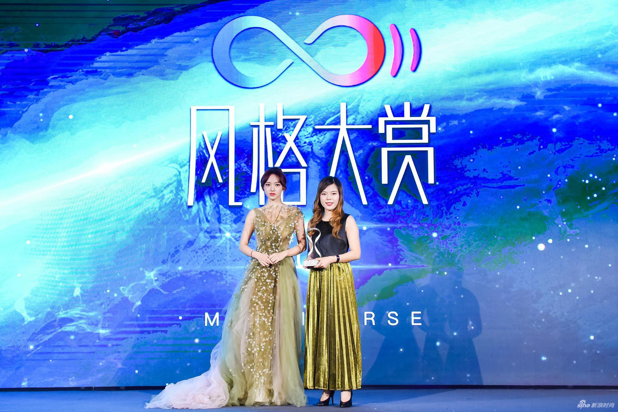 人气偶像、歌手、青年演员程潇为领奖嘉宾CPB品牌公关主任王一鸣女士颁奖