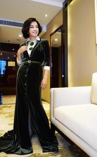 刘晓庆每每佩戴翡翠珠宝尺寸和色泽都是惊人的