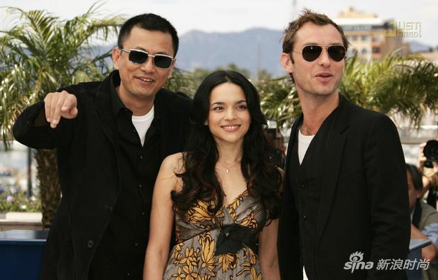 王家衛和《藍莓之夜》兩位主演諾拉-瓊斯、裘德-洛在戛納