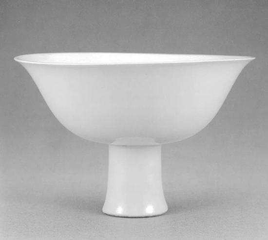 台北故宫博物院藏宣德甜白双龙纹高足碗,口径15.4厘米
