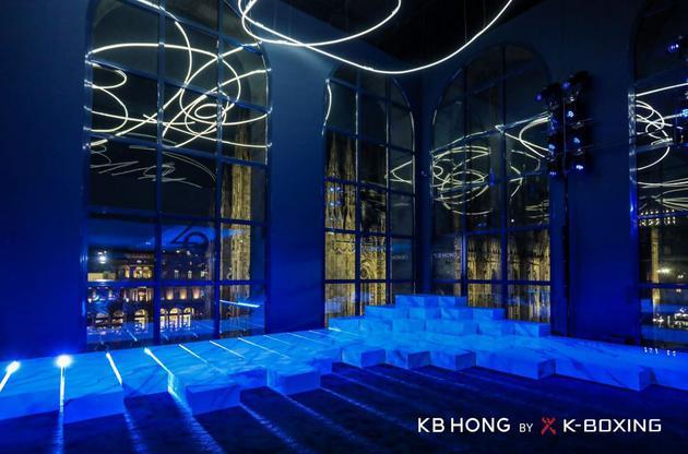 二十世纪博物馆明朗的落地拱窗夜景璀璨,错落有致的瓷质T台雅致吸睛