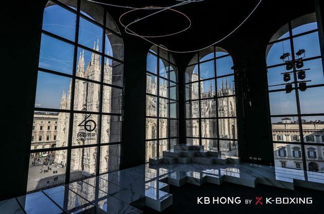 寓意品牌40周年的庆典元素与KB HONG标识穿插其间,打造鲜明的主题风格
