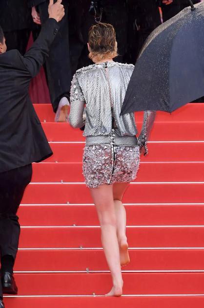 Kristen Stewart光脚走红毯