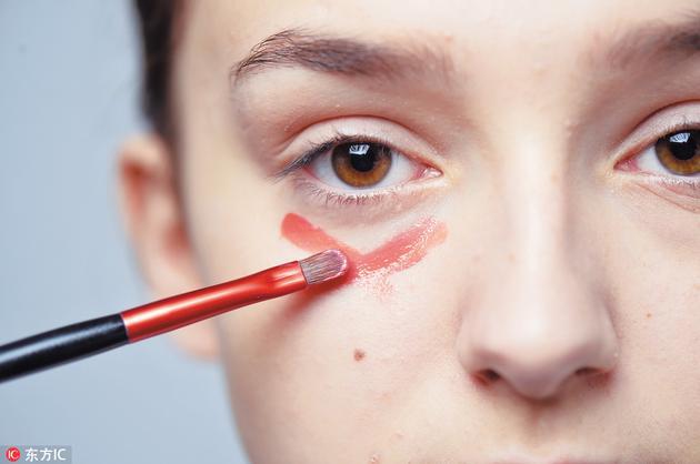 Step2在没有底妆的情况之下,于眼底涂上橙红色唇膏。