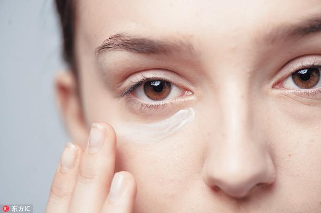 Step1先涂上眼霜打底,滋润眼部肌肤。