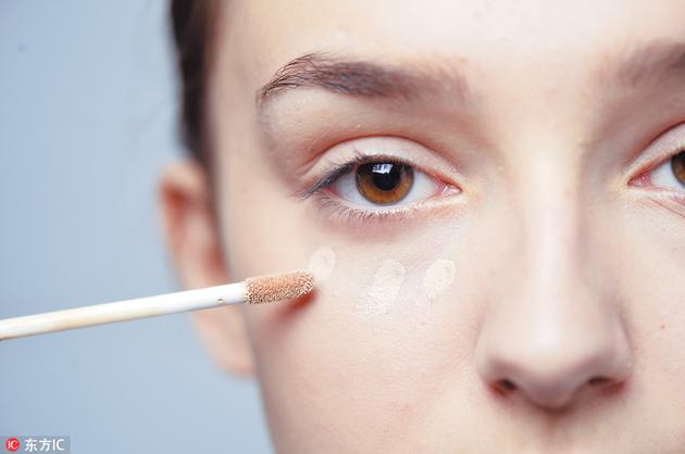 Step3于眼底位置再涂上粉底液,然后用粉朴轻轻印匀。