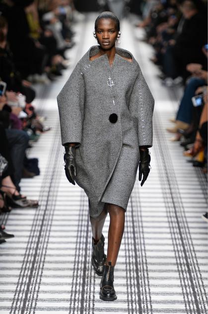 Alexander Wang致敬Cristóbal Balenciaga的繭型外套
