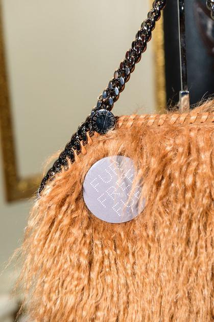 Stella McCartney包袋上都有fur free的标志