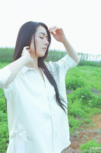 郭碧婷穿白色衬衫