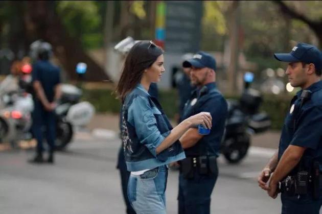 Kendall Jenner为百事可乐拍摄的广告截图