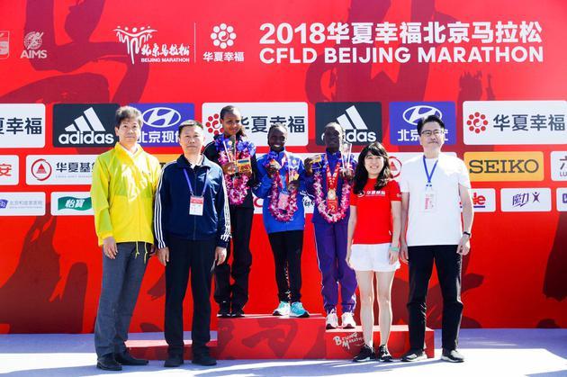 六福集团中国业务副总监刘天才先生为2018北马女子前三名颁发奖牌