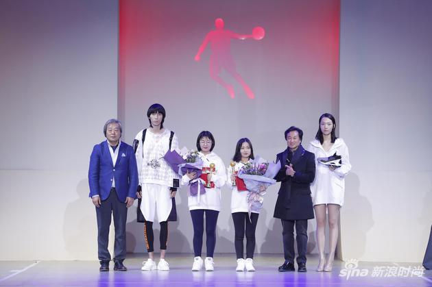 嘉宾为获得铜奖的选手颁奖