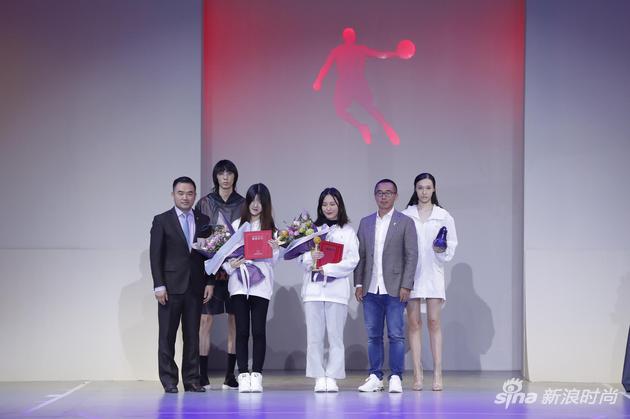 嘉宾为获得银奖的选手颁奖