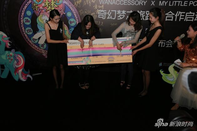 万蔻WANACCESSORY设计师COKO WAN万梦易与孩之宝大中华区消费品部高级总监张可欣Keren Cheung共同完成剪彩仪式