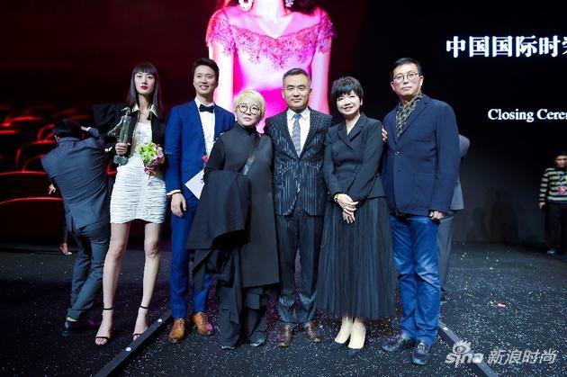 云尚产发领导,中国、韩国服装设计师协会相关负责人及现场超模合影