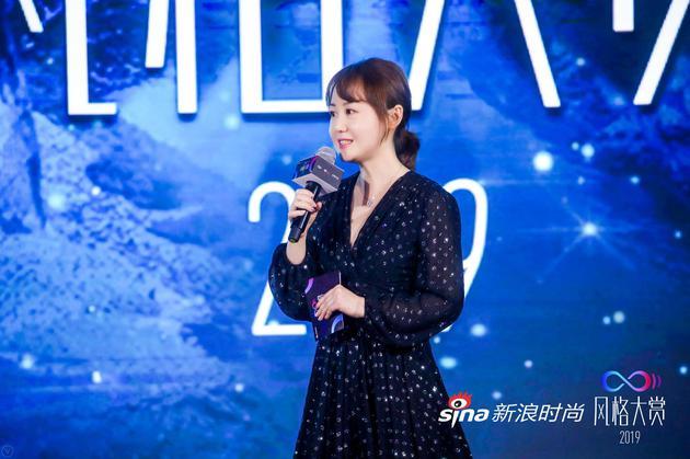 新浪网时尚中心总监、新浪尚科联席CEO赵雪为颁奖礼致辞