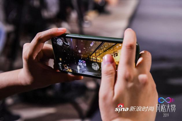 """现场来宾通过手机,就可以在咀嚼间基于""""冰""""、""""海""""主题创作的两个增强现实艺术场景间自由切换"""
