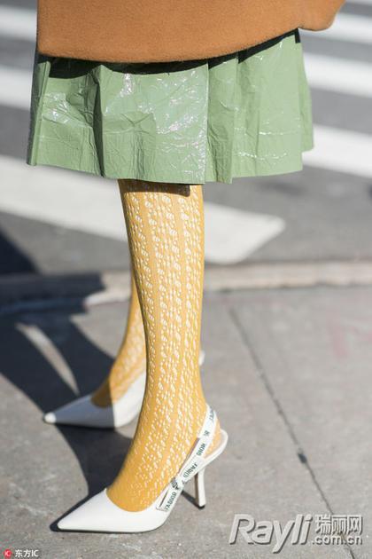 蕾丝连衣裙咋穿时髦 小面积蕾丝让你更有女人味
