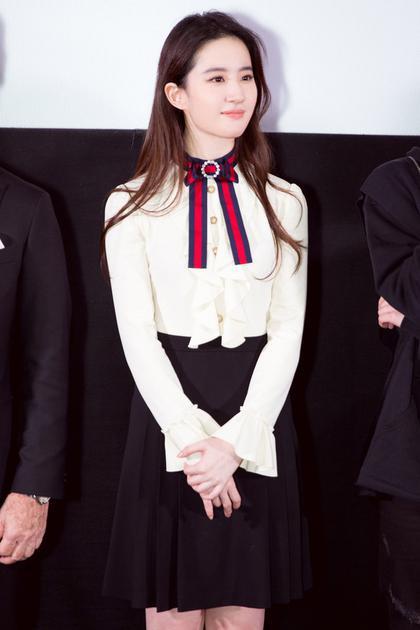 刘亦菲演绎白衬衫搭配Look