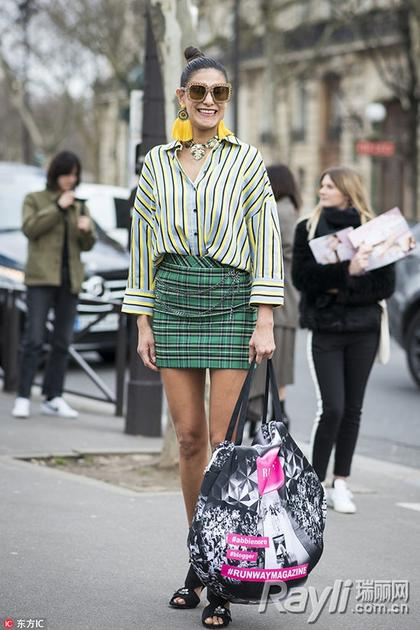 格纹短裙街拍
