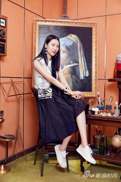 李晖in Stuart Weitzman COVERSTORY白色系带运动鞋
