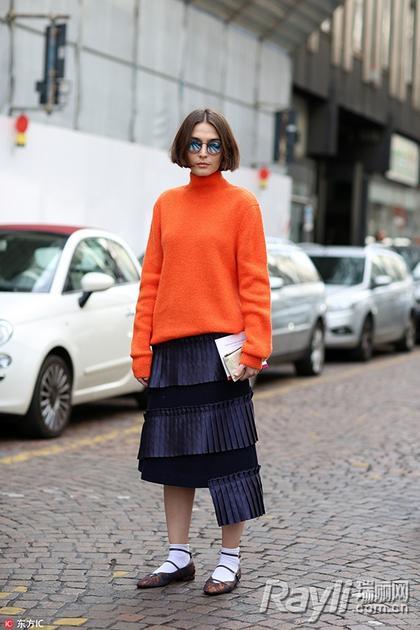 橘色配蓝色百褶裙街拍