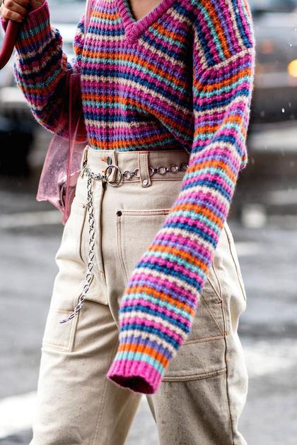 彩虹色条纹毛衣街拍