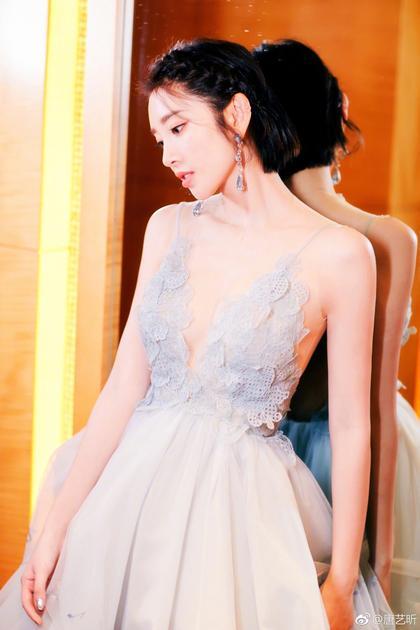 唐艺昕细腰配美裙